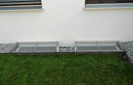 Lichtschachtabdeckung mit Befestigung für Betonsockel